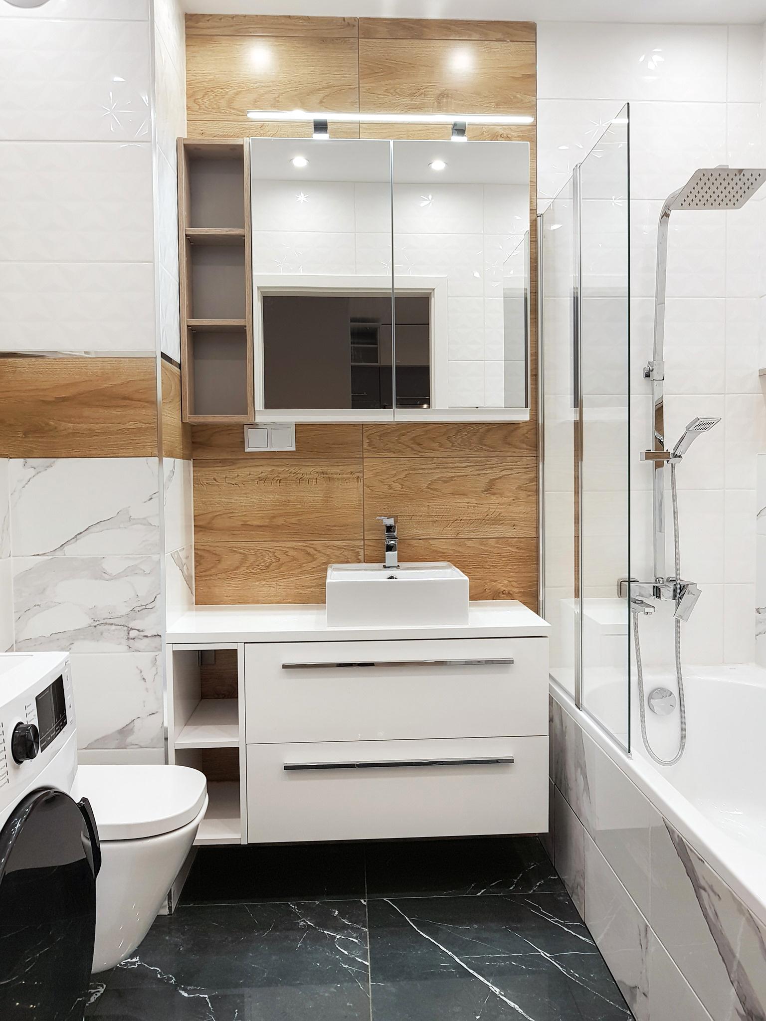 łazienka w drewnie bieli i marmurze